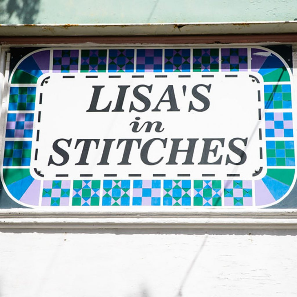 Lisas in Stitches sign, Moro, Oregon. Photo by Jeremy Lanthorn.