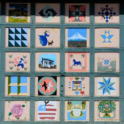 A decorative garage door painted to look like a quilt in downtown Moro. Gary Halvorson, Oregon State Archives.