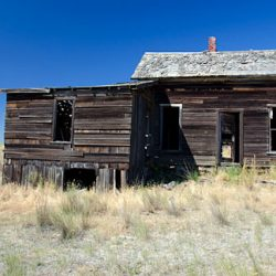 Old homestead buildings along Haggerty Lane, Kent, Oregon. Gary Halvorson, Oregon State Archives.